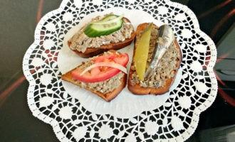 Бутерброды с паштетом из сельди фото