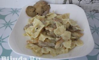 Макароны в сливочном соусе с курицей и грибами фото