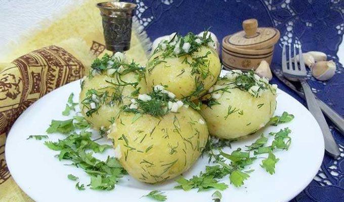 Отварной молодой картофель с чесночком и укропом
