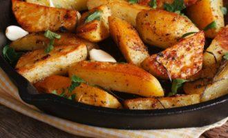 Картофель по-деревенски на сковороде фото