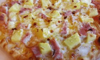 Пицца с ананасом и ветчиной фото