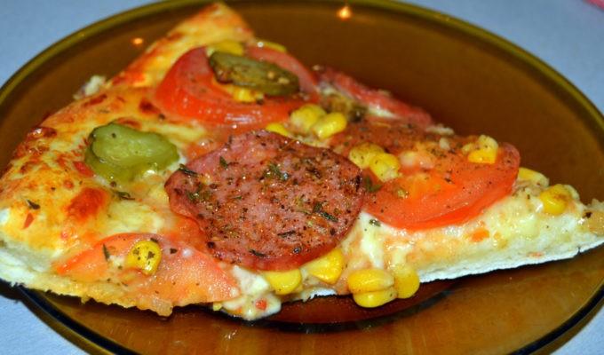 пицца с колбасой и маринованными огурцами фото