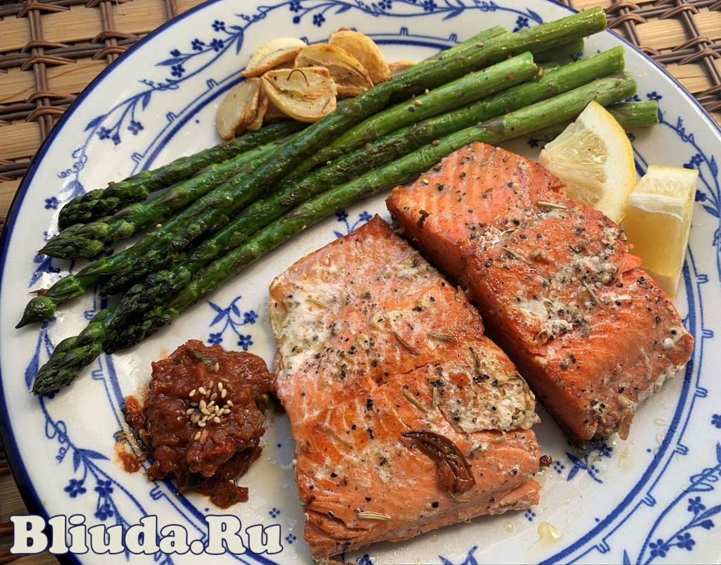 запеченный лосось с салатом фотография