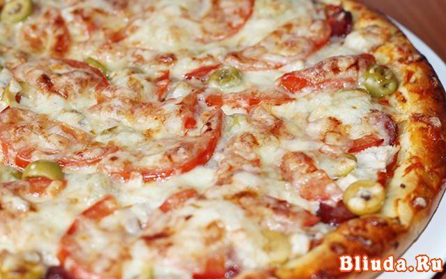 Пицца с курицей и помидорами фото